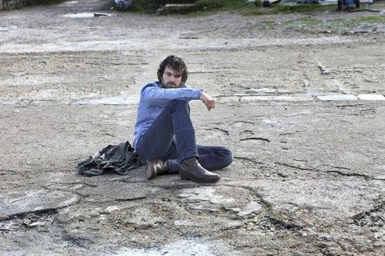 Romain Duris échoué sur une plage