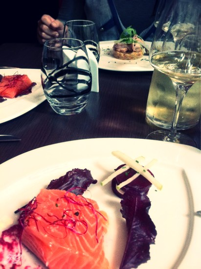 Saumon confit et son mille feuilles de betterave à la crème raifort